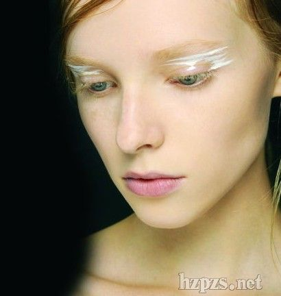 light fx釉白势力主题妆容意在诠释皮肤光泽…cc-thru colour透视色调
